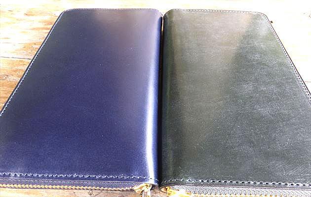 昼間の太陽の下でのモスグリーン財布