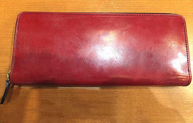 スイスレッドの長財布の写真