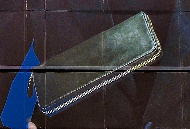 宙に浮くモスグリーンのラウンドファスナー長財布