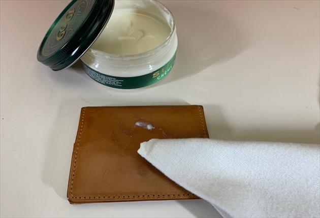 コロニル シュプリームクリームを付けてメンテナンスしている写真