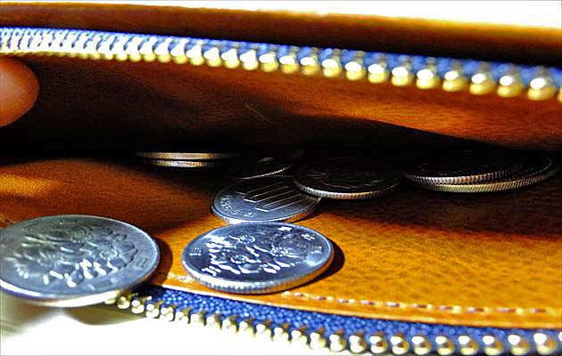 コインが小銭入れに収納される様子の写真