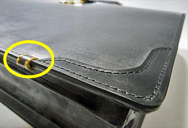 ブライドルダレスバッグの足元に真鋳の鋲がはめられています