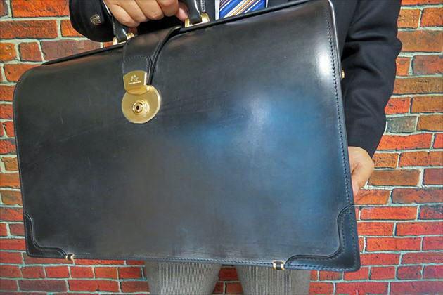 ココマイスターのブライドルダレスバッグを財布課長レオンが手持ちした写真