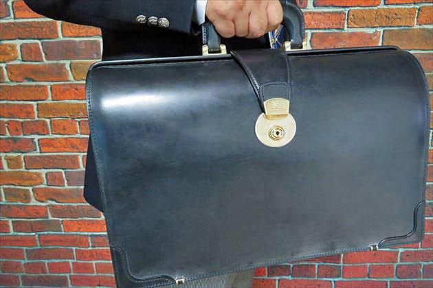 財布課長レオンが持つとブライドルダレスバッグがかっこいいよね