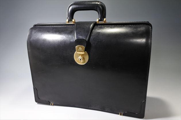 ブライドルダレスバッグの黒色を正面から撮影した写真