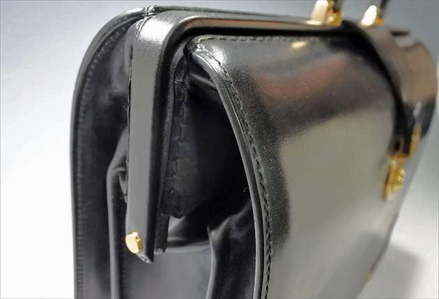 サイドからブライドルダレスバッグを撮影した写真