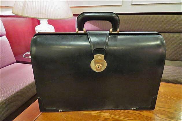 ホテル内でのブライドルダレスバッグの写真