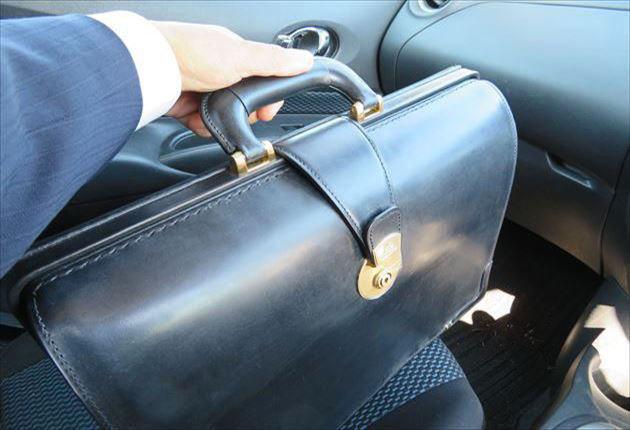 ブライドルダレスバッグは、車内で自立します