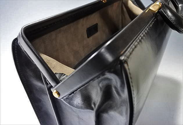 ダレスバッグの口枠が開く写真