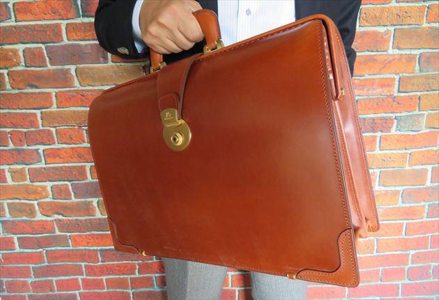 財布課長レオンがヘーゼルを手持ちした写真