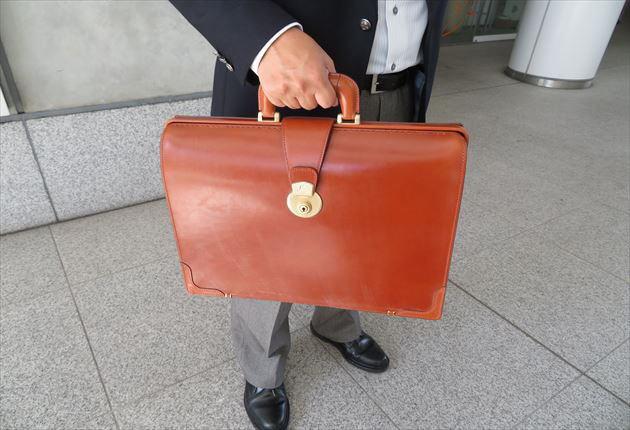 ブライドルダレスバッグのヘーゼルを持った財布課長レオン
