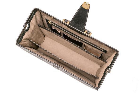 ブライドルダレスバッグを最大限開いて固定した写真