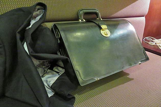 ホテルのソファーでくつろぐブライドルダレスバッグ