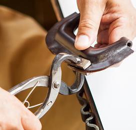 ブライドルダレスバッグの持ち手を作成する熟練職人の写真
