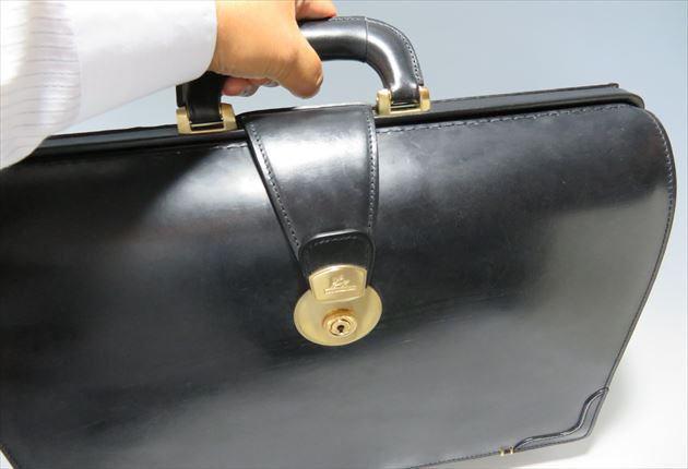 ブライドルダレスバッグのハンドルを握った写真