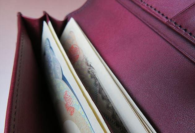 束入れに1万円札と1000円札を入れた写真