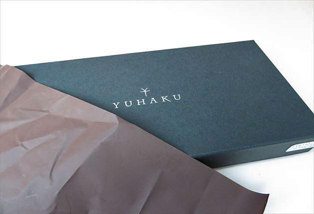 箱入りのYUHAKU財布 リボンラッピングから取り出した写真