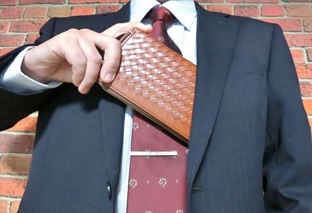 ネイビー色のスーツにとてもかっこよく映えるマットーネオーバーザウォレット