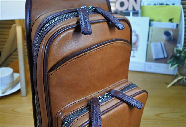 財布課長レオンが買ったマルティーニアーバンショルダーには、シボが無かった