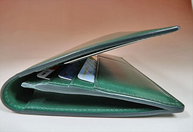 サイドから見た膨らんだ様子の財布の写真