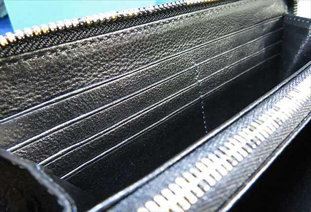 内装の黒くしなやかな牛革部分