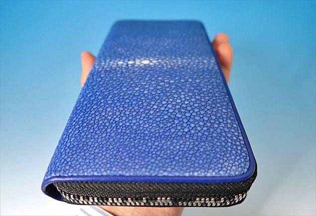 BAHARI財布ポリッシュブルーの手持ち写真