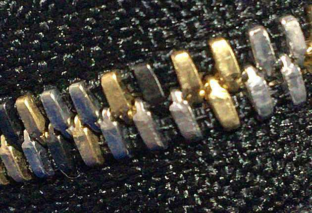 金色・銀色・黒色のファスナー配列