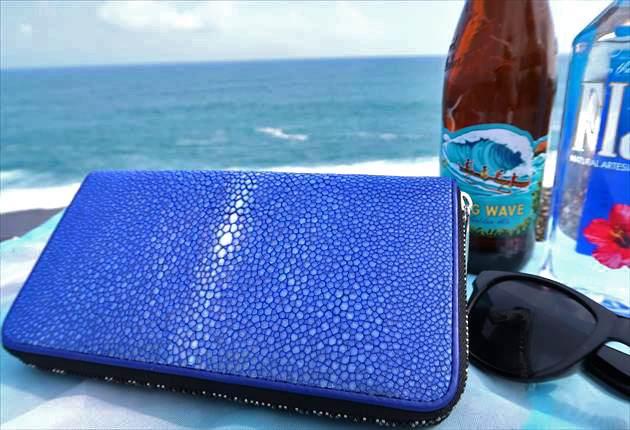 海辺で撮影したBAHARIガルーシャ財布の写真