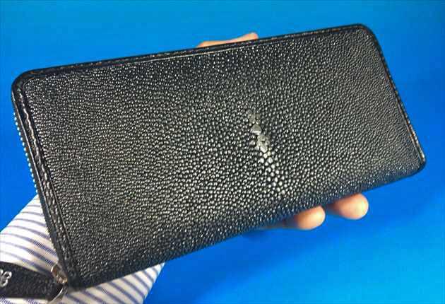 ガルーシャ財布パールブラックの手持ち写真