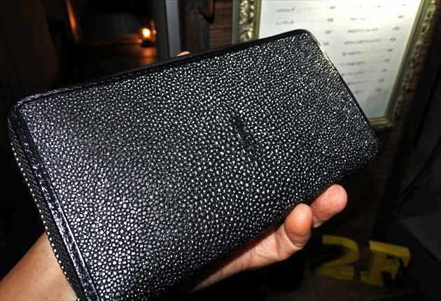夜の街で妖しく輝くガルーシャ財布