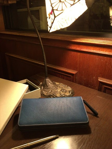 夜のカフェのテーブルで