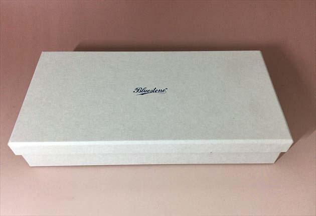 スクモレザー ラウンドジップ長財布Bluestoneの白いケース