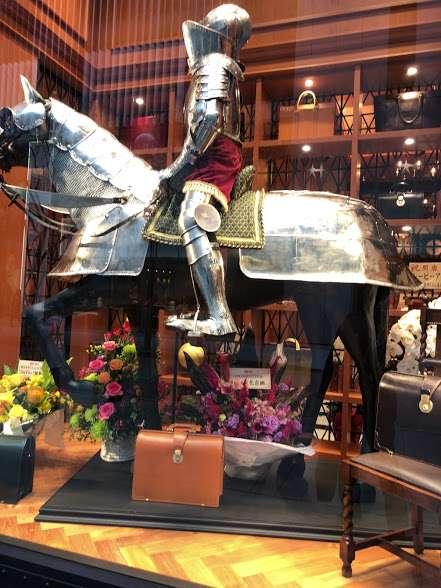騎士の足元にブライドルダレスバッグ