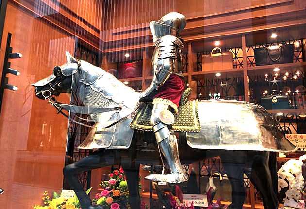 馬に跨る銀色の騎士