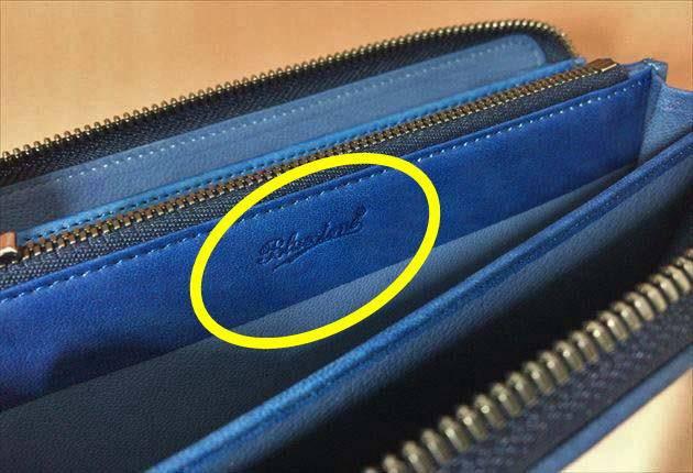 スクモレザーBluestoneのロゴが小銭入れの横に印字されていた