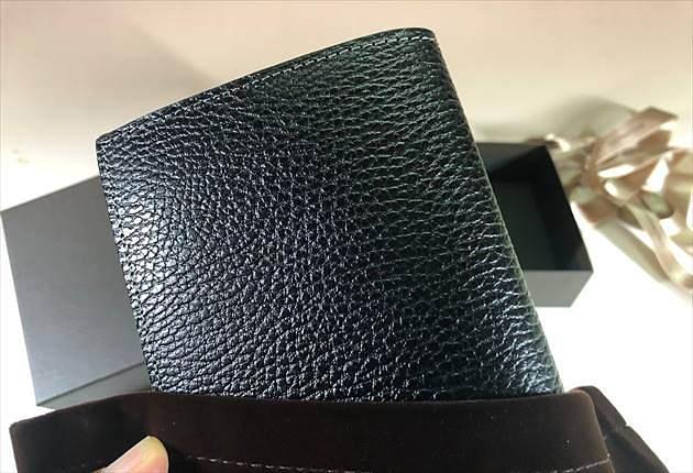 ロッソピエトラ薄型長財布を取り出した瞬間の写真