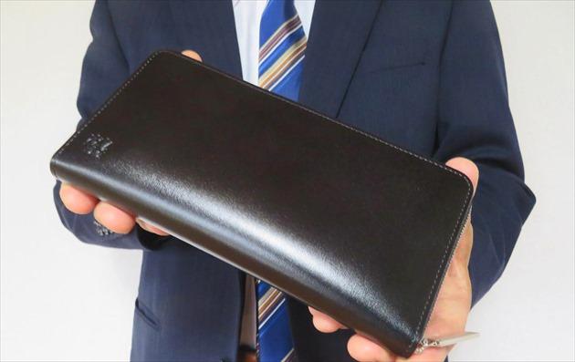 カヴァレオ シンバのネロを財布課長レオンがスーツ姿で手持ちした写真