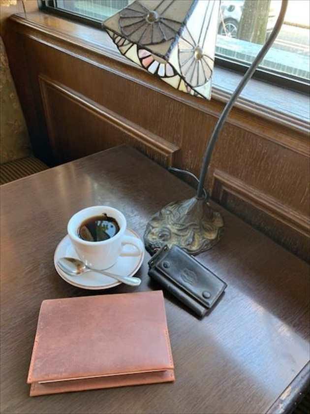 カフェでナポレオンカーフボナパルト文庫カバーを広げる写真