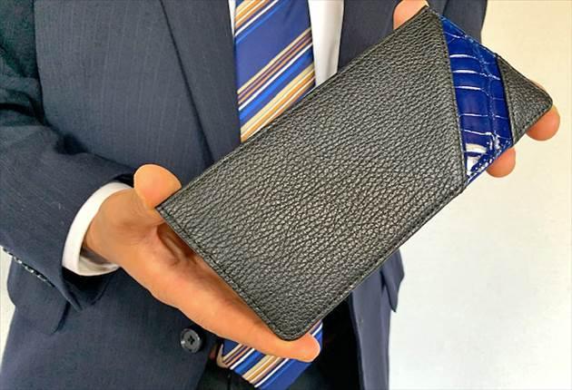 オルタナデザイン リーフウォレット サファイアブラックを手にする財布課長