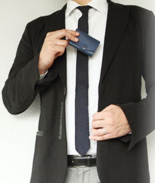 スパークラシックのミニ財布を愛用するビジネスマン